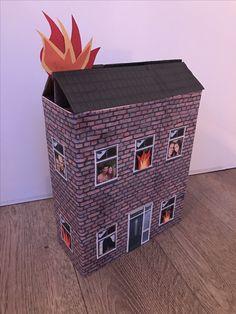 Een surprise voor een brandweerman. Het huis staat in brand en alle vrienden achter de raampjes moeten gered worden! Benodigde materialen: kartonnen doos, plaatjes van een muur, dak, ramen en een deur (van internet om te knippen en op je doos te plakken), rood, oranje & geel papier (voor de vlammen) en foto's van je vrienden om achter de raampjes te plakken.
