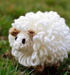 Easy little fluffy amigurumi sheep - free crochet pattern // Egyszerű amigurumi pompon bárányka - ingyenes horgolásminta // Mindy - craft tutorial collection // #crafts #DIY #craftTutorial #tutorial