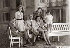 Prins Albert, Prinses Josephine-Charlotte, Koning Leopold III, Prinses Lilian, Prins Boudewijn en Prins Alexander in Zwitserland. 1948, bromide foto 16 x 11 cm. Foto gemaakt door Robert Marchand, uit de verzameling van Wilfried Vandevelde.