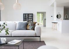 Harmaja koti Honkain keskellä taitaa olla monelle tuttu Instagramista. Nyt blogini lukijat pääsevät kotikierrokselle tähän kauniiseen kotiin ja lukemaan tarkemmin perheen rakennusprosessista sekä sisustamisesta. Carpet Places, Sofa, Couch, White Houses, Minimalist Home, My House, Love Seat, Living Room, Interior Design