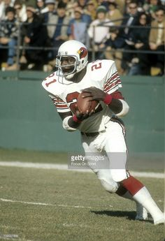 Terry Metcalf of the St. Louis Cardinals returns a kickoff against the New York Jets during an NFL football game at Shea Stadium November 1975 in the Queens borough of New York City. Nfl Football Players, Football Gif, Football Helmets, Football Stuff, School Football, Sport Football, Football Cards, St Louis Cardinals Football, Nfl Arizona Cardinals
