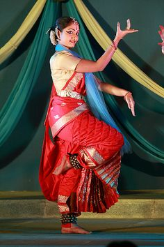 Vyjayanthi Kashi and Shambhavi Dance Ensemble, Bangalore At the Dance Jathre held in the freedom park, Bangalore. Isadora Duncan, Indian Classical Dance, Tribal Dance, Indian People, Folk Dance, Female Actresses, India Fashion, The Incredibles, Culture