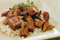 Slow Cooker Tempeh Braised With Figs and Port Wine [VEGAN]. Make sure your wine is Vegan. Non Vegan wine may contain animal by products from the filtering process. Slow Cooker Quinoa, Slow Cooker Recipes, Crockpot Recipes, Delicious Vegan Recipes, Vegetarian Recipes, Healthy Recipes, Healthy Food, Yummy Food, Tasty