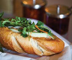 Le Bánh mì - On trouve facilement et à toutes heures des vendeurs de bánh mì ambulants. Une baguette, du concombre, des carottes, du choux rouge et des navets râpés, de la coriandre, du porc séché en miettes, de la saucisse chinoise en lamelles ou encore du pâté de porc, le tout arrosé de sauce piquante. Bien meilleur et plus sain qu'un kebab.