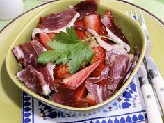 Receta | Ensalada de aguacate y fresas con jamón ibérico - canalcocina.es