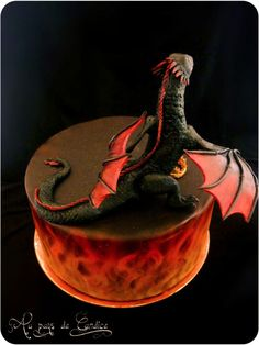 Before adding Daenerys Daenerys and her dragon (Game of Thrones) - Cake by Au pays de Candice - CakesDecor