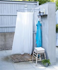 """Uteduschen används  från maj till oktober. Plattorna i duschen är av finslipad indisk kalksten """"Oliv"""",  från Stiltje. Bambupall, Ikea. Dusch..."""