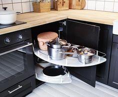Los organizadores de cocina Ikea: Cajones y armarios en orden con accesorios clasificadores para todo el menaje y residuos de cocina y baldas extraíbles para aprovechar el espacio y tener todo organizado.