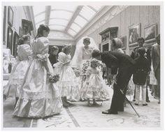 Príncipe Andrés se arrodilló para hablar con Clementine Hambro mientras la princesa Diana y la princesa Margarita observan.
