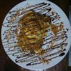 Waffle Montblanc. Nutella, banana, uma bola de sorvete de creme e paçoca.