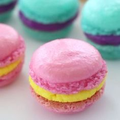 Homemade Macarons Macarons are so much easier to make than you'd expect! Make with a friend and take to the beach for a cute, sweet and colourful treat! Köstliche Desserts, Delicious Desserts, Dessert Recipes, Yummy Food, Macaroon Recipes, Plated Desserts, Baking Recipes, Cookie Recipes, Homemade Macarons
