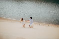 Foto de casal descendo a duna na praia da barra em Beberibe