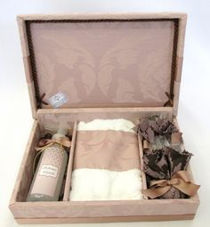 Linda lembrança para padrinhos e madrinhas de casamento. Kit lavabo com sabonete líquido + toalhinha + sachês. R$ 118,00 Arts And Crafts Projects, Diy And Crafts, Wood Box Decor, Bridesmaid Gift Boxes, Pretty Packaging, Will You Be My Bridesmaid, Wedding Gifts, Wedding Decorations, Decorative Boxes