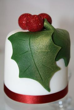 Beautiful holly & berries Christmas cake! You can get the lustrous effect on these holly leaves with Dr. Oetker Shimmer Spray!