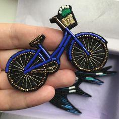 Велосипед в новом синем цвете. Брошь сделана на заказ, возможен повтор #великгнездосороки _______________________________________ Размер 7x4,5 см. Японский бисер, французская золотая нить. Цена броши 1800₽. По вопросам повтора пишите, пожалуйста, в Директ