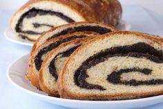 A karácsonyi süteménykínálat megkerülhetetlen eleme a beigli. A leggyakrabban dióval vagy mákkal töltött sütemény a XIX. század második felében került a monarchia asztalaira, és azóta egyet jelent a karácsonnyal.