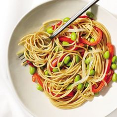 Dinner Loaded Spaghetti 1 cup sliced bell pepper cup sliced red onion 1 tsp olive oil 1 cup cooked whole-wheat spaghetti cup cooked edamame Sauté peppers and onions in oil until onions are translucent. Toss with pasta and edamame. Easy Healthy Dinners, Healthy Dinner Recipes, Healthy Snacks, Healthy Eating, Easy Dinners, Diet Recipes, Super Easy Dinner, Clean Eating, Eating Light
