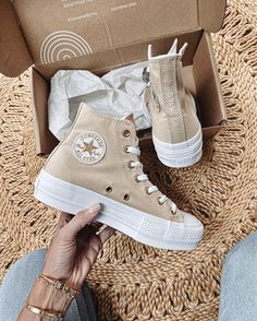 Cute Sneakers, Sneakers Mode, Sneakers Fashion, Fashion Shoes, High Top Sneakers, Shoes Sneakers, Converse Shoes Outfit, Beige Sneakers, Converse Fashion