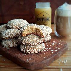 Digame si estas galletitas de sésamo y miel no son perfectas para esta tarde! Encima son una BOMBA de ricas!  Para unas 20 necesitás:  175 gramos de harina 0000 100 gramos de manteca 50 gramos de miel 35 gramos de azúcar blanca 30 gramos de azúcar rubia o mascabo 1 huevo 1/2 cuchardita de bicarbonato 1/2 cucharadita de polvo de hornear 1/4 de cucharadita de sal Semillas de sésamo  Arrancamos mezclando la manteca a temperatura ambiente con las 2 azúcares una vez integrados añadimos el huevo y…
