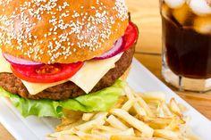 Pokrmy rýchleho občerstvenia vo vzťahu kzdravej výžive Rýchle občerstvenie alebo tzv. Fast Food (z angl. rýchla potrava) je spôsob spoločného stravovania, založených na rýchlom výbere pokrmov, rýchlom predaji arýchlej konzumácii stravy. Prevádzky rýchleho občerstvenia dosahujú zvýšenú rýchlosť obsluhy tým, že umožňujú zákazníkom získanie Hamburger, Health, Ethnic Recipes, How To Make, Food, Life, Recipes, Health Care, Essen