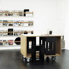 Køkkenskabernes  Arbejds- /mødebord i bambus på hjul og fire sorte skamler