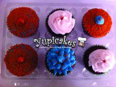 Cupcakes de vainilla, decoradas con fondant, betún de vainilla