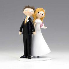 Simpática figura de novios para la tarta de boda en la que dos novios se dan la mano mientras se miran de reojo