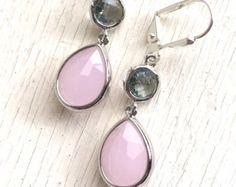 Impresionante! Precioso! ¡ Elegante! Lágrimas de color rosa suaves con el carbón de leña joyas en oro son simplemente impresionantes y encantadoras!  Las lágrimas son 13 x 17 mm. Los pendientes colgantes de 1,25.  No dude en ponerse en contacto con nosotros si necesita más que el número de pares enumerados.  *^*^*^*^*^*^*^*^*^*^*^*^*^*^*^*^*^*^*^*^*^*^*^*^*^*^*^*^*^*^*^*^*^*^*^*^* Gracias por visitar nuestra tienda! También tomamos órdenes de encargo y puede a menudo hacer una pieza similar…