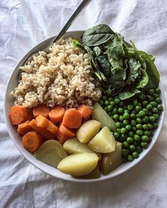 Warming winter bowls of food 💛 Short grain brown rice + steamed yellow potatoes + fresh mixed power greens + steamed peas + steamed carrots… Whole Food Recipes, Cooking Recipes, Wslf Recipes, Dinner Recipes, Healthy Snacks, Healthy Eating, Vegan Lunches, Vegetarian Recipes, Healthy Recipes