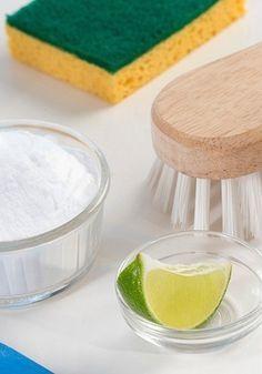 Os limpadores industrializados não-biodegradáveis geram resíduos prejudiciais ao meio ambiente e podem causar danos à saúde. Os efeitos nocivos são potencializados quando os produtos têm como base o cloro, que tende a ocasionar irritações nas vias respiratórias e na pele. Menos agressivos, os produtos de limpeza feitos com ingredientes caseiros como vinagre, limão, bicarbonato de sódio e sabão em barra são alternativas sustentáveis, eficientes e mais baratas. O UOL Casa e Decoração…