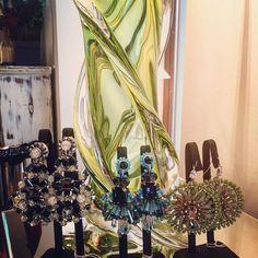 Schicke Glastischlampe und neue Ohrgehänge aus Mailand #bijoux #elegant #fashion #todschick Fancy, Plant Hanger, Elegant, Design, Instagram, Home Decor, Chic, Corning Glass, Classy