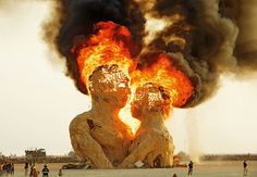 Escultura gigante de madeira em chamas durante a edição 2014 do festival Black Rock Desert, em Nevada (EUA), fotografada pelo inglês NK Guy.  Veja também: http://semioticas1.blogspot.com/2011/12/viagem-de-woodstock.html