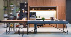 1. Materiais misturados. Criada pela italiana Polaris Life, a cozinha Doga traz madeira, metal e mármore carrara. Combinar materiais como madeira, vidro, pedra e metal é uma tendência para 2016.