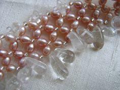 Brautcollier der extravaganten Art:   Pastell in zartem rosa, so kommen diese echten Perlen daher, mit einem wunderschönen Lüster, Perlfekt zu eine...