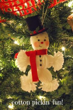 Yarn Snowman ornament from Cotton Pickin' Fun! Snowman Crafts, Christmas Projects, Holiday Crafts, Vintage Christmas, Christmas Holidays, Funny Christmas Ornaments, Christmas Decorations, Easy Decorations, Deco Table Noel