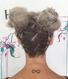 Messy bun hairstyles are an absolute necessity this season! Here's our best messy buns hairdos looks that you can parade away. Messy Bun Hairstyles, Pretty Hairstyles, Two Buns Hairstyle, French Hairstyles, Ladies Hairstyles, Upside Down Braid, Natural Hair Styles, Short Hair Styles, Peinados Pin Up