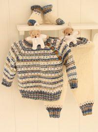 Strikket bluse med med striber og knapper, som gør den let at få over hovedet - strik matchende bukser og sokker