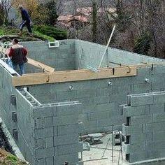 Monter les parois du local technique de la piscine avec les blocs bétons