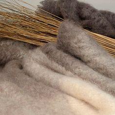Mohairdecke mehrfarbig (sand/ taupe) gibt's bei milchmädchen.design