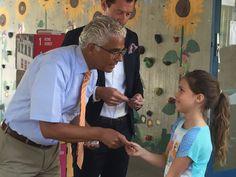 """Ein besonderes Erlebnis für 50 Drittklässler der Michaelschule war die Übergabe der """"BONNi & BO-Klimaführerscheine"""". Oberbürgermeister Ashok Sridharan, Vorsitzender des Vorstandes der Stiftung ..."""