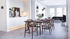 Spisebord og Y-stole er valgt i valnød, som giver varme til rummet