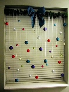 deko-zum-weihnachten- kugeln in verschiedenen farben - 27 interessante Vorschläge für Fensterdeko