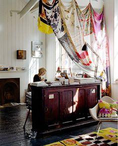 rideau interieur réalisé à partir de foulards de soie vintage : un charme fortement lié aux couleurs choisies… (via Dear Emily Chalmers | decor8)