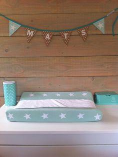 Babykamer met accessoires in kleuren mintgroen mint. Mini naamslinger van www.dekleineauto.nl zie nog meer mintgroene naamslingers op de website.  #babykamer #kinderkamer #mint #mintgroen #accessoires