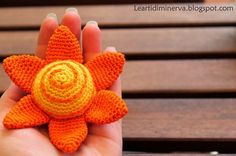 Le Arti di Minerva: Amigurumi: è un fiore o un sole? | Is that a sun or a flower. Free crochet flower pattern in English and Italian.