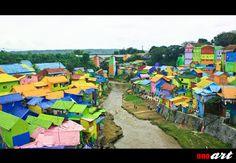 Kampung Warna Warni merupakan tempat wisata yang sangat populer saat ini di Kota Malang. Keberadaannya benar-benar fenomenal, dimana kampung yang dulunya kumuh dicat warna-warni menjadi lebih menarik untuk dilihat dan dikunjungi. Para pengunjung kampung warna-warni di Kelurahan Jodipan Kota Malang ini biasanya mencari beberapa spot foto keren disini.