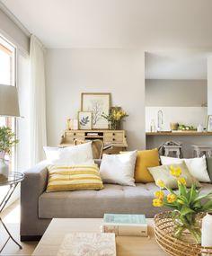 El Mueble - Premia 141. salon con sofa cojines y barra de cocina detras