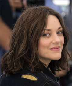 Marion Cotillard Medium Wavy Bob Hairstyle - Dark Brunette - side view Best Picture For choppy wavy Medium Wavy Bob, Short Wavy Hair, Medium Hair Cuts, Haircut Medium, Haircut Short, Long Curly, Brunette Bob Haircut, Dark Brunette Hair, Dark Hair