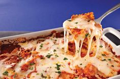 I'm not a vegetarian but it looks good. Fuss-Free Ravioli and Cheese Bake recipe - No need to pre-boil the pasta for this scrumptious saucy dish. Pasta perfection is made simple with ravioli that cooks in the oven from start to finish. Ravioli Casserole, Ravioli Bake, Cheese Ravioli, Casserole Recipes, Baked Ravioli, Kraft Recipes, Kraft Foods, Cheese Bake Recipes, Cooking Recipes