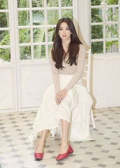 shoes campaign Song Hye Kyo Looks Stunning In New Shoe Campaign Song Hye Kyo Style, Song Hye Kyo Hair, Korean Celebrities, Celebs, Pastel Outfit, Instyle Magazine, Cosmopolitan Magazine, Formal Looks, Cute Korean